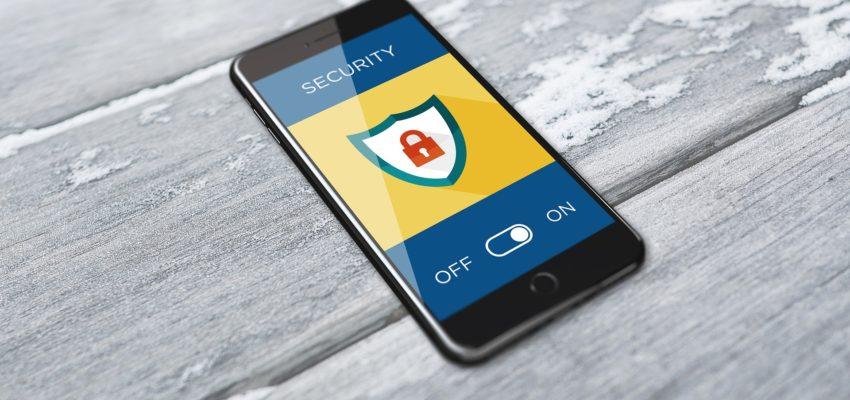 Smartphone mit Infographik, welches Cyber Security darstellt