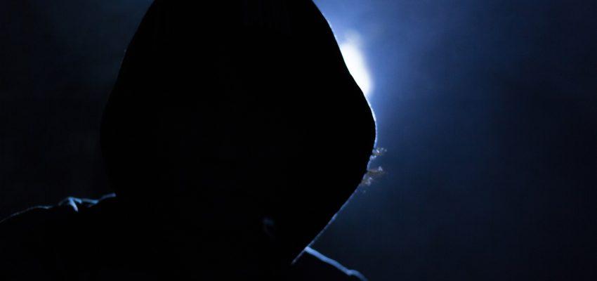 Dunkles Foto von einer Person in einer Kapuze