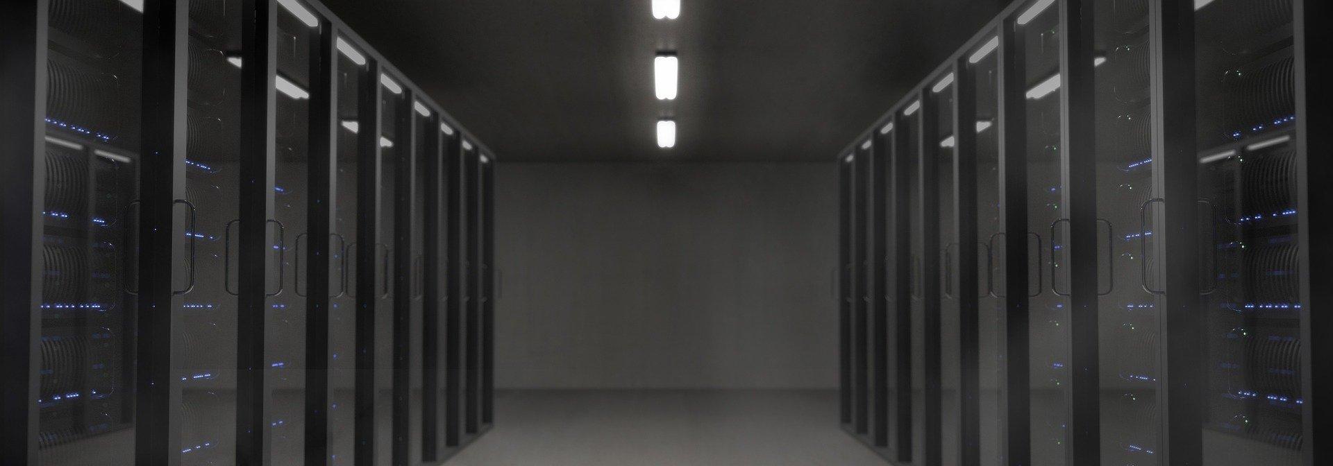 Inneneinsicht eins schwarzen Serverraums