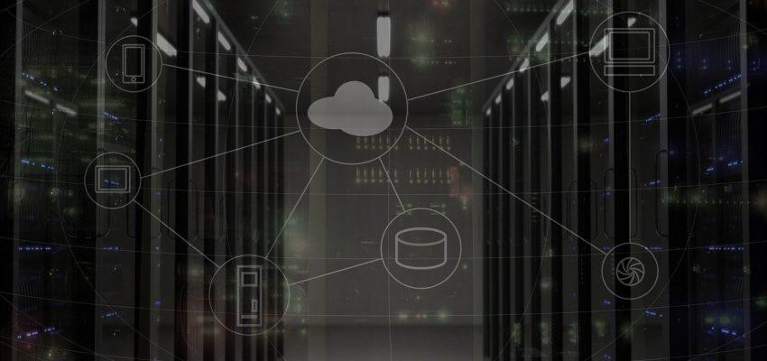 serverraum mit netzwerkkomponenten